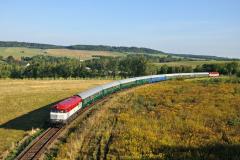 751 001 v čele vlaku pro anglické turisty